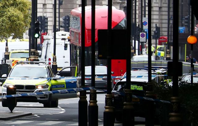 Λονδίνο : Αυτοκίνητο έπεσε πάνω στις μπάρες του κοινοβουλίου