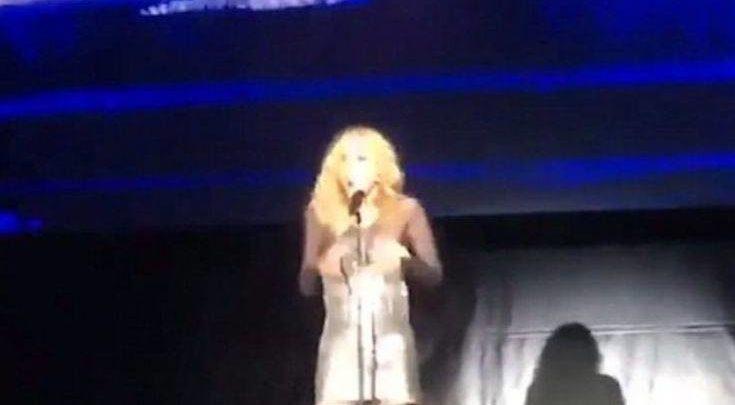 Το «καυτό» ατύχημα τραγουδίστριας εν ώρα συναυλίας