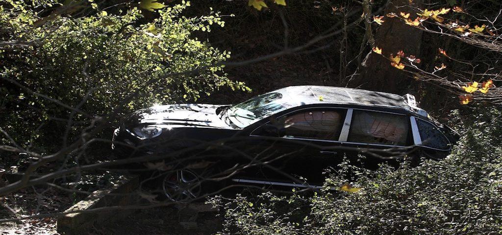 Σώθηκαν όταν το αυτοκίνητό τους έπεσε σε χαράδρα