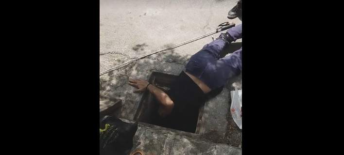Ομάδα διάσωσης μπαίνει με... ακροβατικά σε φρεάτιο και σώζει εγκλωβισμένο κουτάβι [εικόνες]
