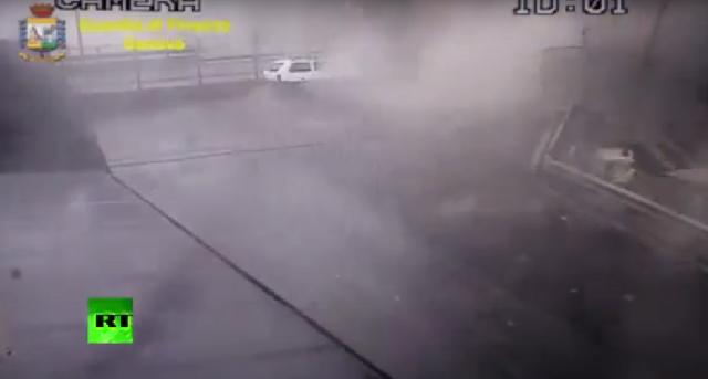 Η στιγμή που καταρρέει η γέφυρα στη Γένοβα [βιντεο]