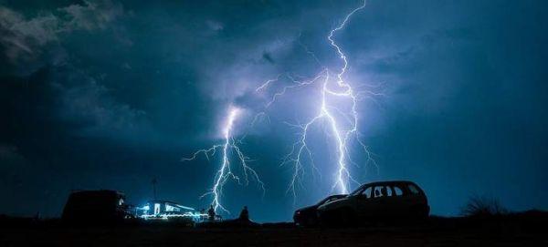 Εντυπωσιακές εικόνες: Η ηλεκτρική καταιγίδα που σάστισε χθες τη Θεσσαλονίκη