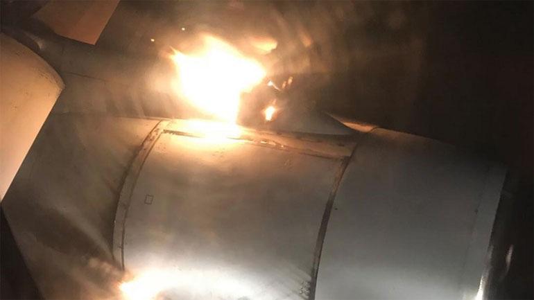 Είχαν... Άγιο: Μηχανή αεροσκάφους παίρνει φωτιά εν πτήση στη Ρωσία