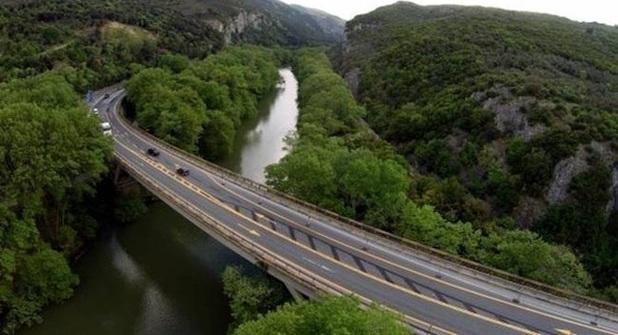 «Χρήζει επανελέγχου η αντοχή της γέφυρας Τεμπών»