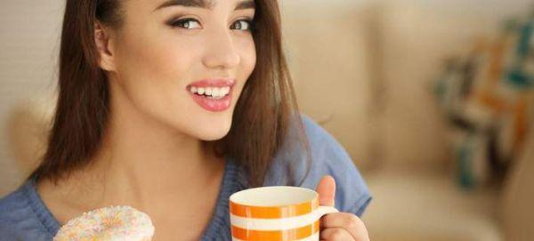 Γιατί δεν πρέπει να πίνουμε νερό όταν τρώμε γλυκά σνακ