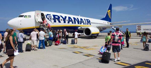 Ryanair: Τέλος η δωρεάν χειραποσκευή - Πόσο θα χρεώνεται