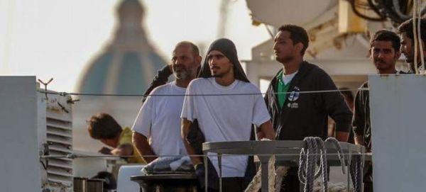 Ωρες αγωνίας για τους πρόσφυγες - «ομήρους» στα ανοιχτά της Σικελίας