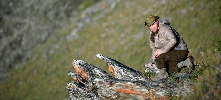 Ο Πούτιν κάνει διακοπές στη φύση. Στα χακί, ανεβαίνει βουνά, κάνει βόλτα στη λίμνη