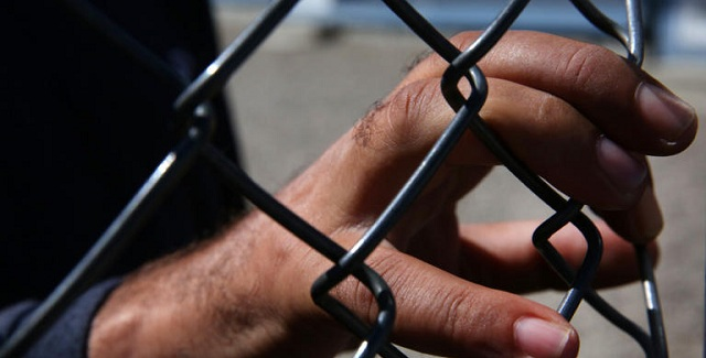 Λιβύη: Εκατοντάδες μετανάστες «όμηροι» των συγκρούσεων, κλειδωμένοι σε κέντρο κράτησης