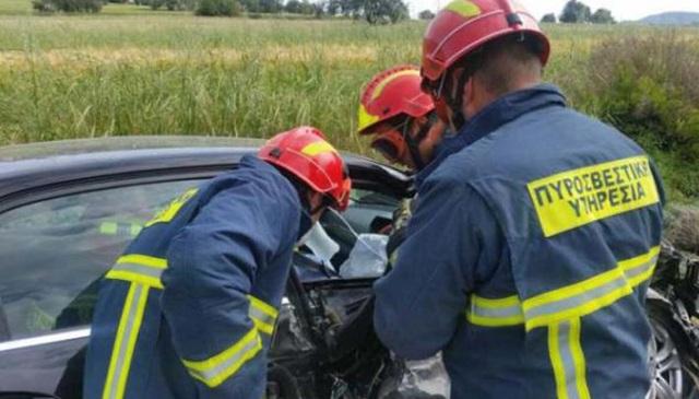 Τροχαίο έξω από την Αγιά: Η ΕΜΑΚ απεγκλώβισε μία γυναίκα, τρεις τραυματίες