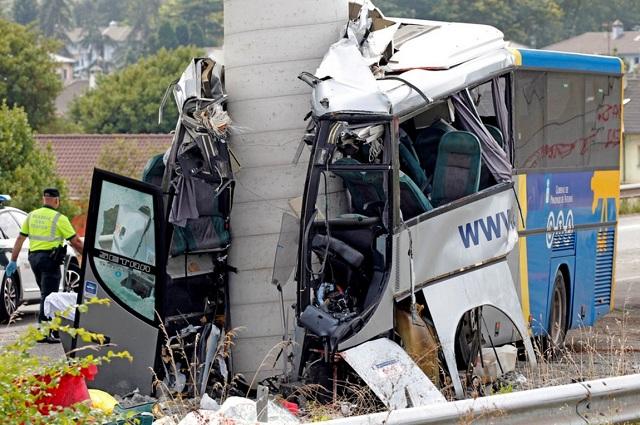 Λεωφορείο «καρφώθηκε» σε υποστύλωμα γέφυρας στην Ισπανία. Τουλάχιστον 5 νεκροί