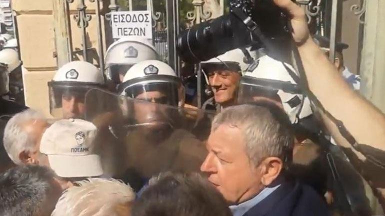 Ένταση στο Υπ. Μακεδονίας -Θράκης με διαδηλωτές της ΠΟΕΔΗΝ