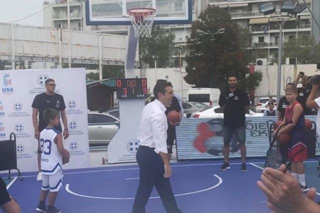 Ο Τσίπρας έπαιξε μπάσκετ στη ΔΕΘ: Οι βολές του και ο διάλογος με παιδιά