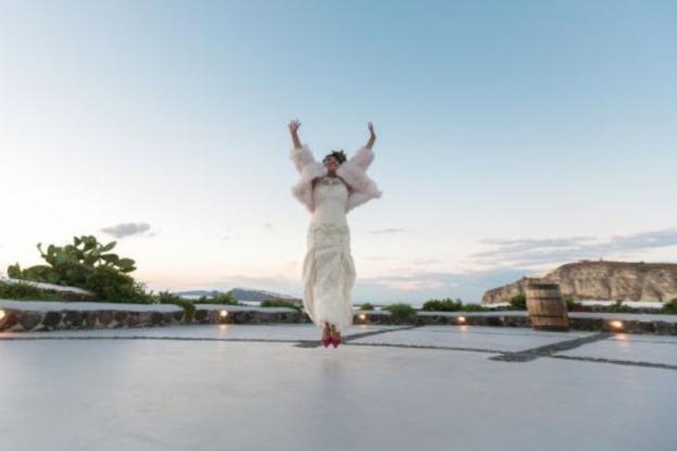 Γυναίκα παντρεύτηκε στη Σαντορίνη τον… εαυτό της