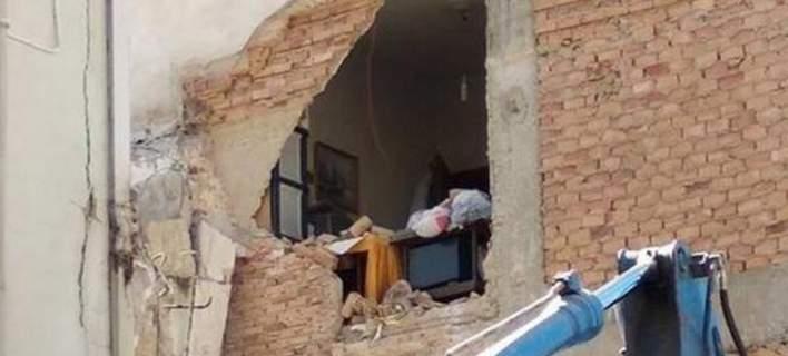 Γκρέμισαν λάθος σπίτι στην Πάτρα -Βρισκόταν μέσα ο ιδιοκτήτης και ξαφνικά άνοιξε μια τρύπα