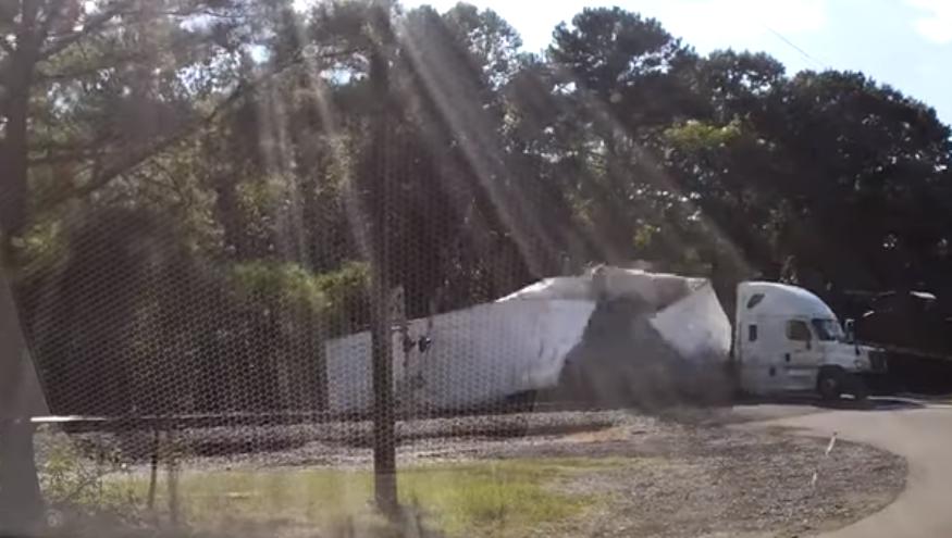 Τρένο κόβει νταλίκα στη μέση (video)
