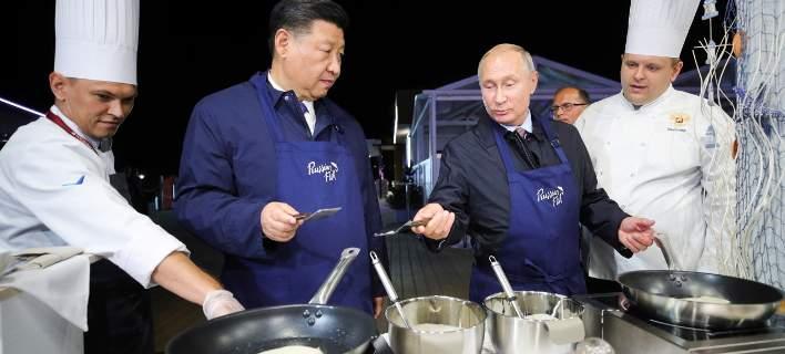 Στην κουζίνα με τον Πούτιν και τον Τζινπίνγκ -Φόρεσαν ποδιές, έφτιαξαν τηγανίτες [εικόνες]