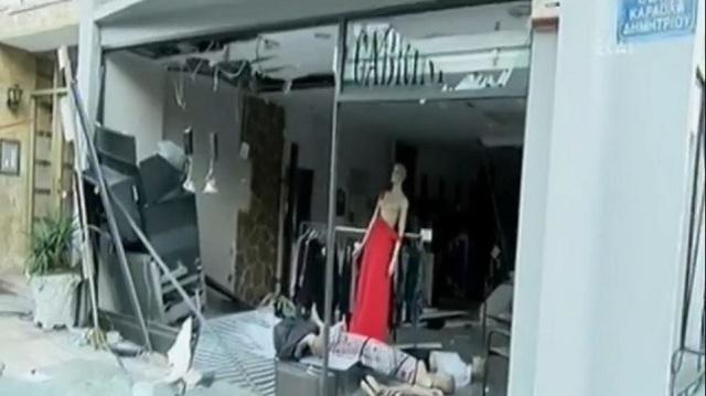 Βομβαρδισμένο τοπίο στο Βύρωνα μετά από έκρηξη σε ΑΤΜ
