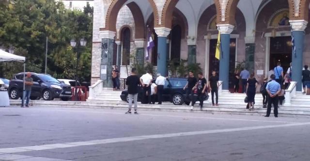 Βουβός πόνος και θρήνος στην κηδεία του 18χρονου Θάνου στη Λάρισα