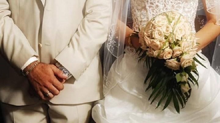 """""""Μαϊμού"""" ιερείς πάντρευαν ζευγάρια σε κτήμα στη Βαρυμπόμπη - Ακυροι οι γάμοι τους"""