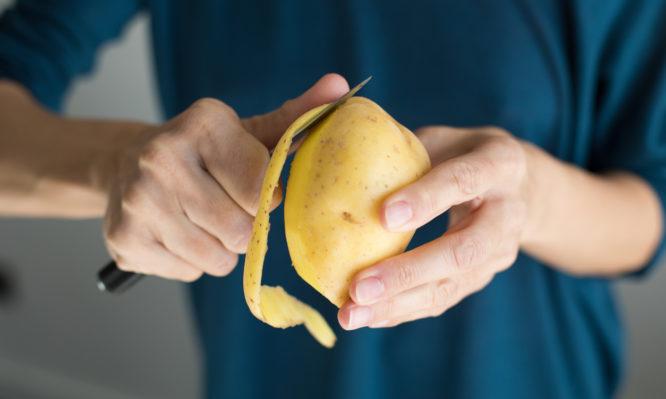 Μην πετάτε τις φλούδες από τις πατάτες – Δείτε γιατί!