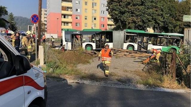 Σύγκρουση τρένου με λεωφορείο στην Αυστρία: Ένας νεκρός και 11 τραυματίες