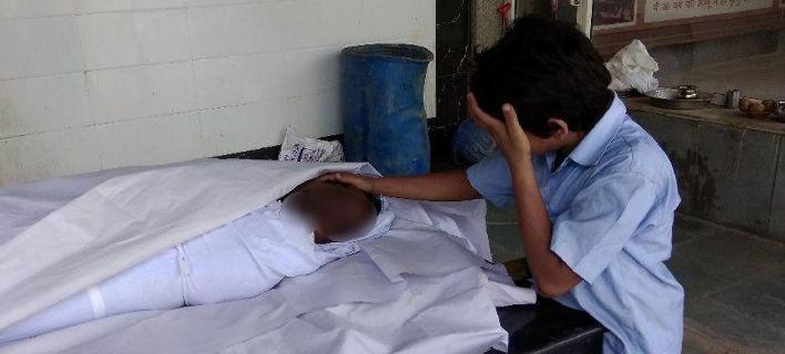 Φωτογραφία που ράγισε καρδιές στα social media: 11χρονος κλαίει δίπλα στον νεκρό πατέρα του