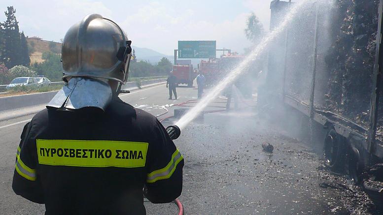 Στις φλόγες φορτηγό στην εθνική Αθηνών-Λαμίας, κλειστό το ένα ρεύμα