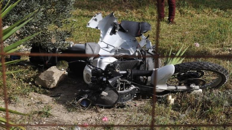 Μοτοσυκλέτα έπεσε σε θαμώνες καταστήματος μετά από συγκρουση με ΙΧ