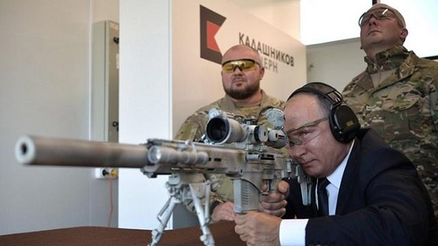 Ο Πούτιν επέδειξε το ταλέντο του στη σκοποβολή με το νέο Καλάσνικοφ [βίντεο]