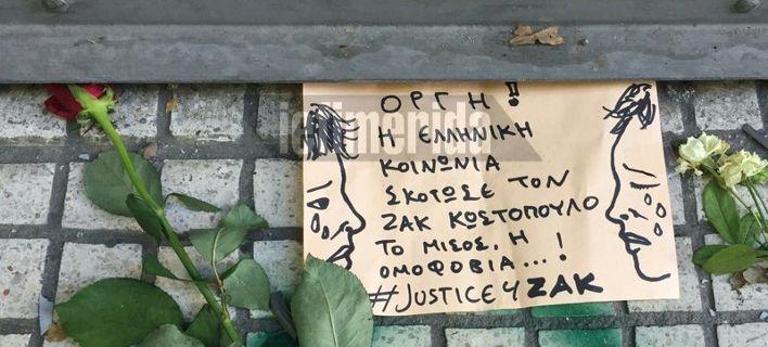 Λουλούδια, κεριά και μηνύματα για τον Ζακ Κωστόπουλο, έξω από το κοσμηματοπωλείο [εικόνες]
