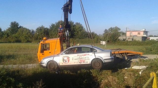 Ταξί έπεσε σε μικρό ποτάμι στα Τρίκαλα