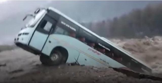 Λεωφορείο «πνίγηκε» από ορμητικά νερά στην Ινδία [βίντεο]