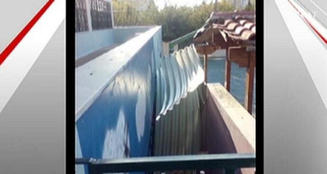 «Έφυγε» λόγω αέρα η σκεπή από δημοτικό σχολείο στο Καματερό