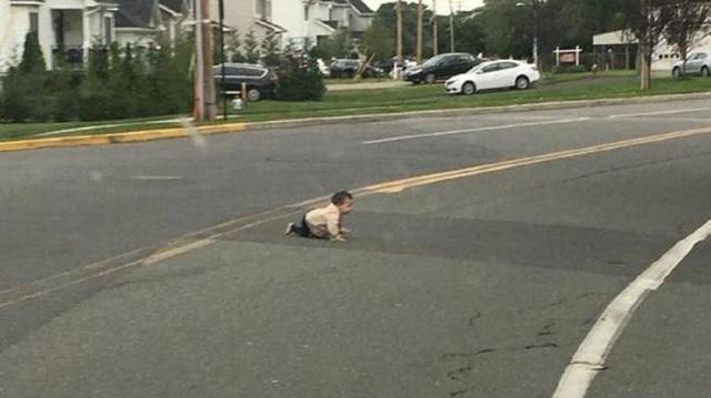 Μωρό μπουσούλαγε στη μέση του δρόμου –Το έσωσε διερχόμενος οδηγός [video]