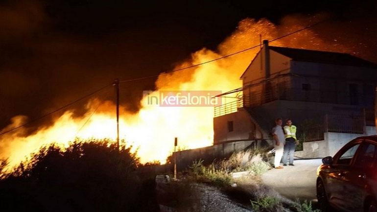 Κεφαλονιά: Μεγάλη πυρκαγιά στο χωριό Ζόλα - Εκκενώθηκαν σπίτια