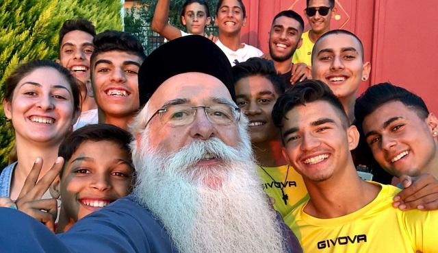 Selfie του Μητροπολίτη με τους «Ρομαλέους»