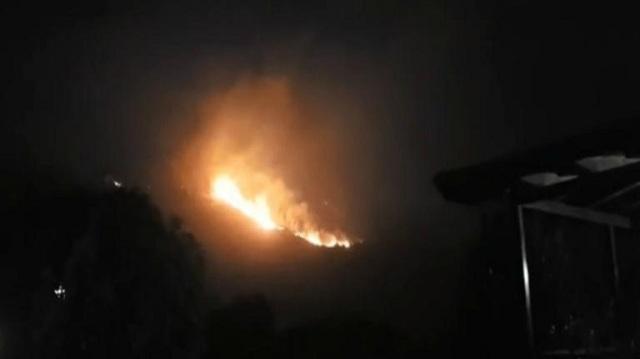 Κατακαίει τα πάντα η μεγάλη φωτιά στην Κεφαλονιά –Εκκενώθηκαν σπίτια [εικόνες-βίντεο]