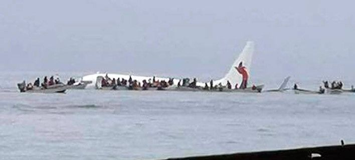 Τρόμος στον αέρα: Αεροσκάφος προσθαλασσώθηκε σε λιμνοθάλασσα [εικόνες]