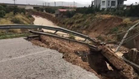 Κατέρρευσε γέφυρα στα Μέγαρα από την κακοκαιρία