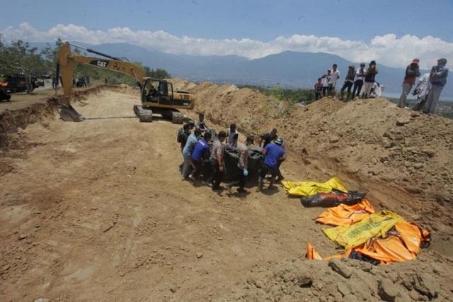 Κοινός τάφος για τα εκατοντάδες θύματα του φονικού σεισμού στην Ινδονησία