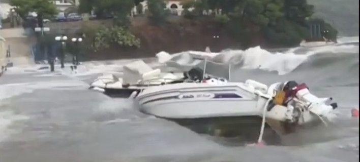 Τεράστια κύματα στην Παλιά Επίδαυρο πετούν βάρκες έξω από τη θάλασσα και τις τσακίζουν
