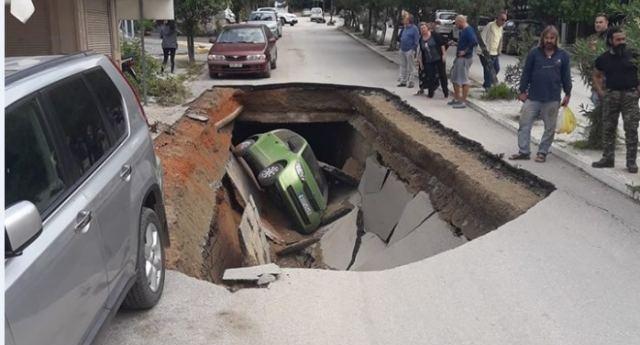 «Άνοιξε» η γη και «κατάπιε» αυτοκίνητο στην Αιδηψό [εικόνες]