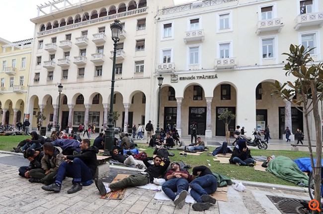 Άτυπος καταυλισμός μεταναστών στην... πλατεία Αριστοτέλους