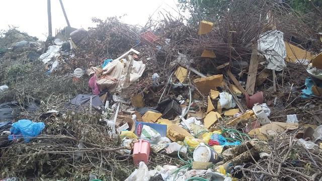 Ανεξέλεγκτη ρίψη σκουπιδιών σε άτυπη χωματερή
