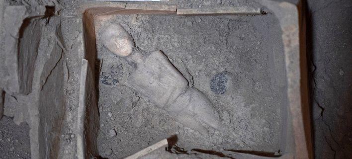 Ανασκαφή στη Σαντορίνη εντυπωσιάζει: Μαρμάρινα ειδώλια, αλαβάστρινα αγγεία, αμφορείς [εικόνες]