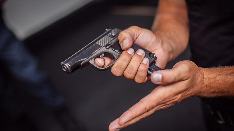 Σταμάτησε απότομα το αυτοκίνητο και ο οδηγός που ακολουθούσε έβγαλε όπλο!
