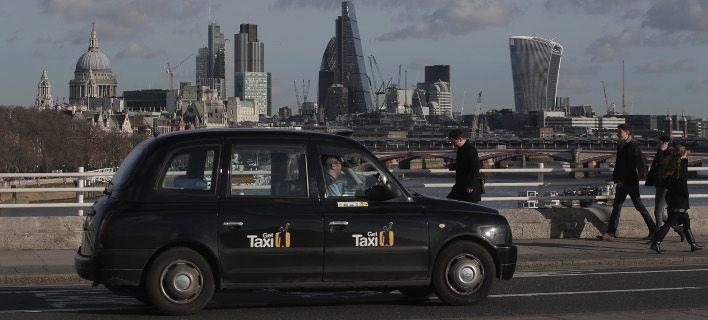 Και στους δρόμους του Παρισιού τα χαρακτηριστικά μαύρα ταξί του Λονδίνου