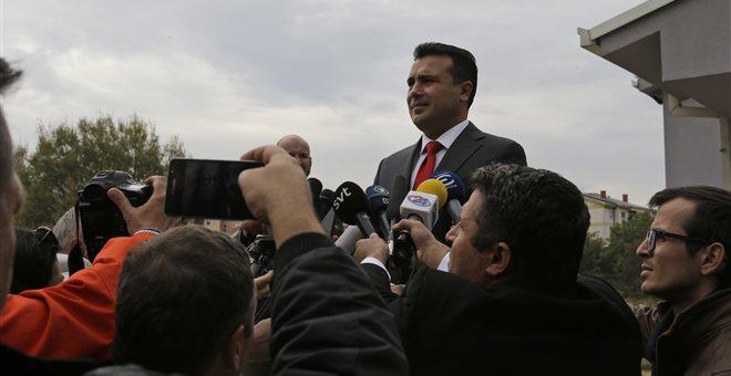 Στον αέρα η ψηφοφορία στην ΠΓΔΜ, συνεχίζεται το κυνήγι Ζάεφ για ψήφους