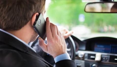Καμπάνα της Τροχαίας για όσους μιλούν στο κινητό όταν οδηγούν!